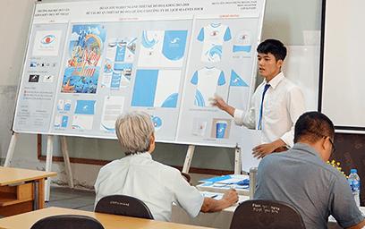 Sinh viên ngành Thiết kế đồ họa báo cáo đồ án tốt nghiệp
