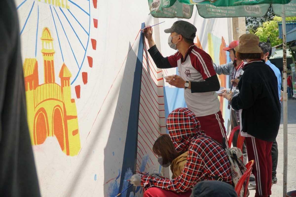 Sinh viên Đồ họa - Đại học Duy Tân vẽ tranh ở hẻm phố