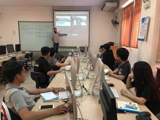 Một giờ học sinh viên ngành Thiết kê Đồ họa tại Đại học Duy Tân