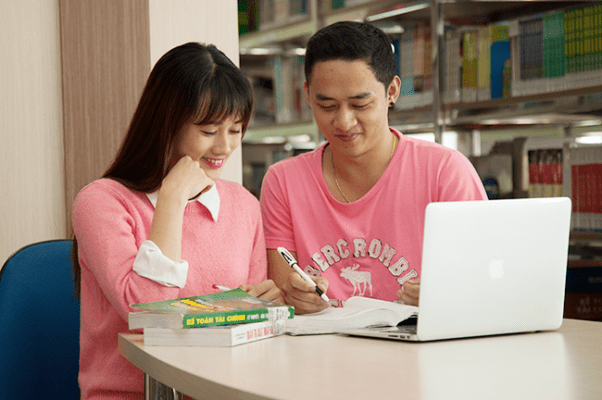 Sinh viên tham khảo tài liệu chuyên ngành